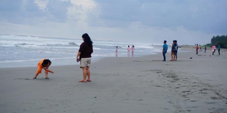 Pengunjung menikmati pemandangan di Pantai Panjang, Kota Bengkulu, Provinsi Bengkulu, beberapa waktu lalu. Selain wisata alam, Kota Bengkulu juga menawarkan wisata sejarah dan wisata budaya.