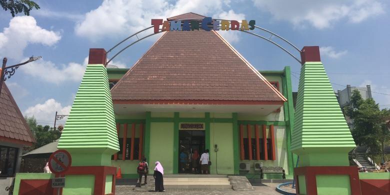 Taman Cerdas sebagai ruang belajar dan bermain anak-anak di Kota Surakarta, Kamis (29/12/2016).