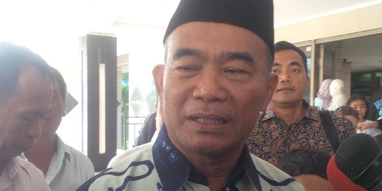 Menteri Pendidikan dan Kebudayaan Muhadjir Effendi usai menjenguk Zanette Kalila Amaria (13) di RS Kartika, Pulomas, Pulogadung, Jakarta Timur, Sabtu (31/12/2016). Zanette adalah putri dari almarhum Dodi Triono (59), korban pembunuhan di perumahan Pulomas Residence.