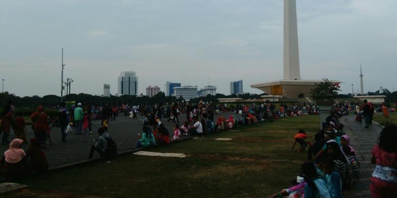 Menyambut malam tahun baru 2017 kawasan Monas di Jakarta Pusat terpantau terus didatangi para pengunjung, Sabtu (31/12/2016).