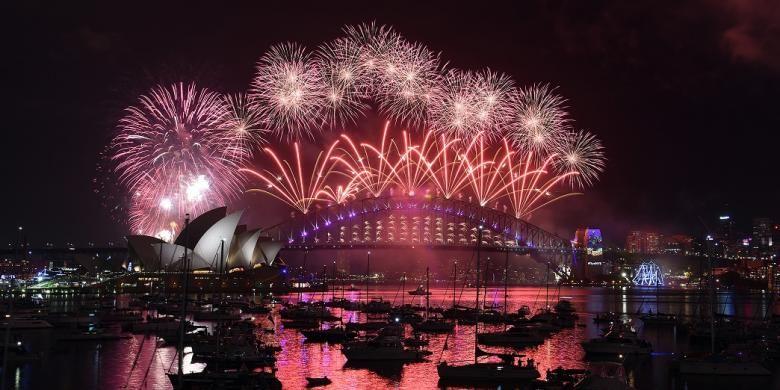 Pesta kembang api menyambut tahun baru 2017 di Sydney dengan latar belakang Opera House dan Harbour Bridge.