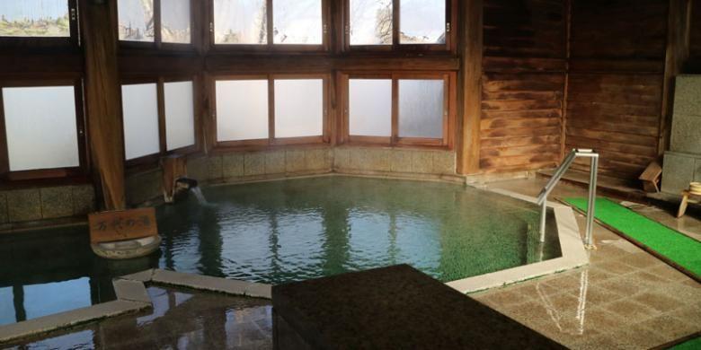 Fasilitas kolam air panas atau onsen pada salah satu resort di Kusatsu Onsen, Prefektur Gunma, Jepang, Jumat (2/12/2016). Kusatsu Onsen sangat ramai dikunjungi wisatawan terutama pada musim dingin untuk berendam di air panas yang dipercaya sebagai terapi kesehatan.