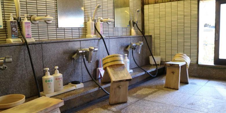 Fasilitas kolam air panas atau onsen pada salah satu resort di Kusatsu Onsen, Prefektur Gunma, Jepang, Jumat (2/12/2016). Sebelum dan sesudah berendam air panas, pengunjung wajib membersihkan badan di tempat ini.