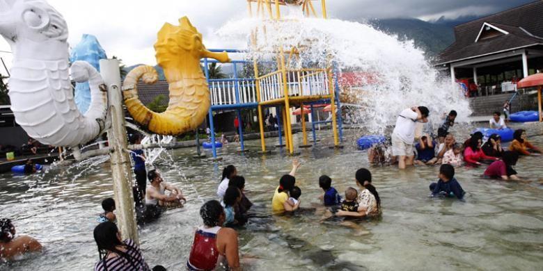 Warga berwisata di Taman Air Sabda Alam, Cipanas, Kabupaten Garut, Minggu (26/2/2012). Sumber air panas dari Gunung Guntur dimanfaatkan menjadi sarana wisata berendam di kolam air panas.