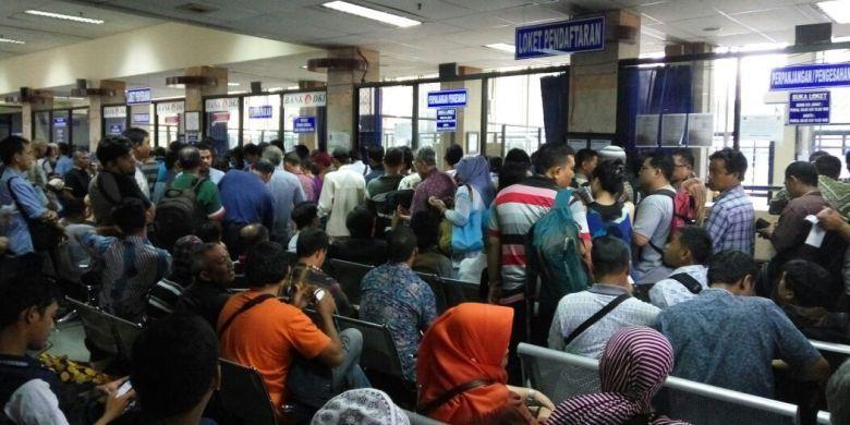 Masyarakat yang antri di Samsat Jakarta Timur buat mengurus surat-surat kendaraan