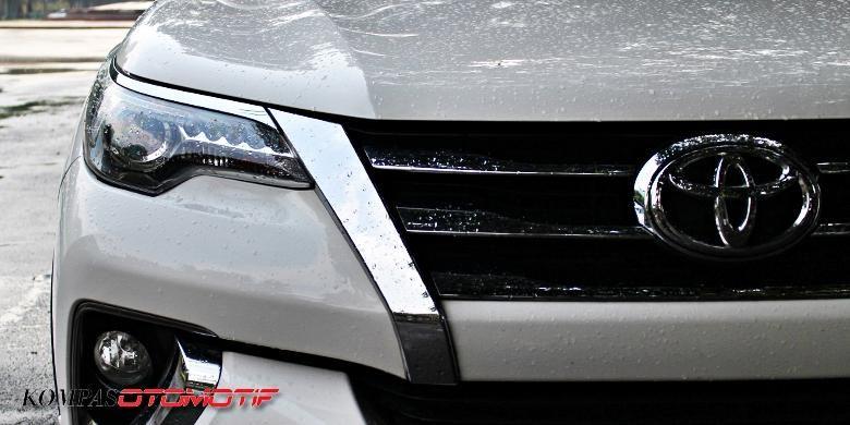 Logo Toyota yang terpasang di bagian depan salah satu produknya.