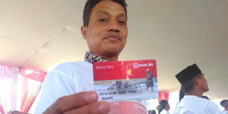 Seorang petani, Asrofi, asal Desa Wanurejo, Magelang, menunjukkan kartu tani yang baru dibagikan oleh Pemerintah Provinsi Jawa Tengah, Kamis (12/1/2017).