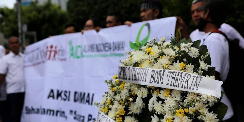Massa yang tergabung dalam Sahabat Thamrin, Yayasan Penyintas, dan Aliansi Indonesia Damai (AIDA) melakukan aksi damai  di Sarinah, Thamrin, Jakarta, Sabtu (14/1/2017). Mereka mengenang kembali aksi terorisme yang terjadi siang hari tepat setahun lalu.