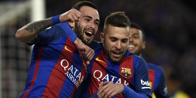 Pemain FC Barcelona, Aleix Vidal (kiri), merayakan gol yang dia cetak ke gawang Las Palmas, dalam lanjutan La Liga di Stadion Camp Nou, Sabtu (14/1/2017).