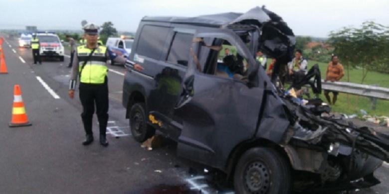 Kondisi mobil Daihatsu Luxio yang ringsek dalam kecelakaan maut di Tol Cipali, Minggu (15/1/2017) dini hari.