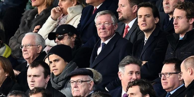 Sir Alex Ferguson menyaksikan laga Manchester United versus Arsenal di tribune utama Stadion Old Trafford, Minggu (19/11/2016).