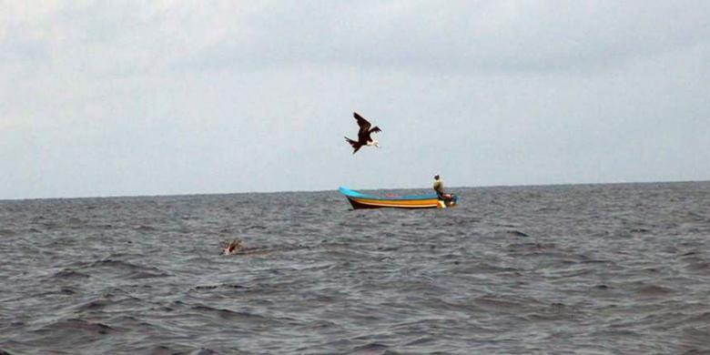 Nelayan tradisional memancing ikan di Laut Seram, sekitar  22 mil laut (40,74 kilometer) dari Kawa, Kecamatan Seram Barat, Kabupaten Seram Bagian Barat, Maluku, pada Sabtu (14/1/2017).