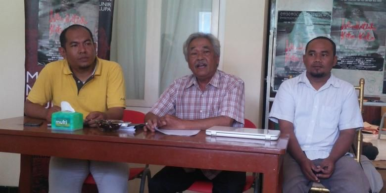 Aktifis Kontras, Fatkhul Khoir (kanan) di kantor Kontras Surabaya, Rabu (18/1/2017)