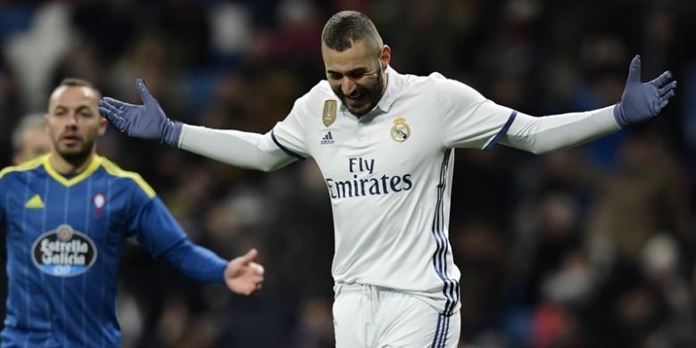 Reaksi striker Real Madrid, Karim Benzema, setelah gagal mencetak gol ke gawang Celta Vigo poada leg pertama babak perempat final Copa del Rey di Stadion Santiago Bernabeu, Madrid, Rabu (18/1/2017).