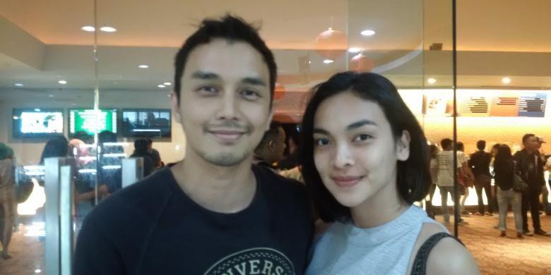 Pasangan artis peran Dimas Aditya dan Tika Bravani diabadikan seusai menonton film Istirahatlah Kata-kata di Blok M Square XXI, Kebayoran Baru, Jakarta Selatan, pada Jumat (20/1/2017).