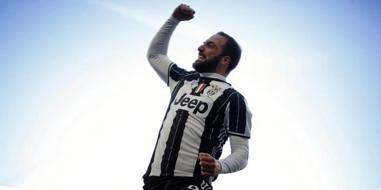 Striker Juventus, Gonzalo Higuain, merayakan gol ke gawang Lazio dalam lanjutan Serie A, di Stadion Juventus, Minggu (22/1/2017).