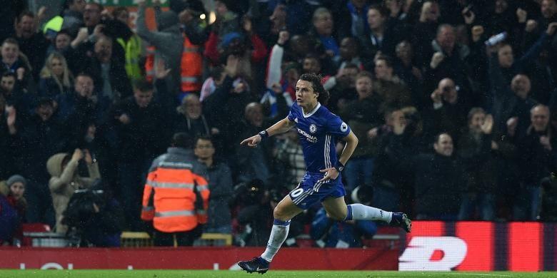 Bek Chelsea, David Luiz, merayakan golnya seusai membobol gawang Liverpool di Anfield pada 31 Januari 2017.
