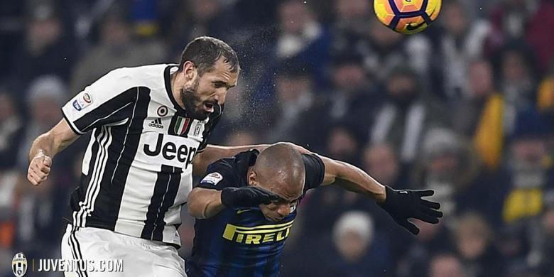 Giorgio Chiellini unggul dalam duel udara atas Joao Mario pada laga Serie A antara Juventus dan Inter Milan di Turin, Minggu (5/2/2017).