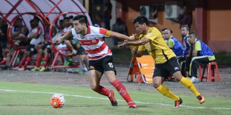 Bek Madura United, Fabiano Beltrame saat merebut bola dari pemain Semen Padang FC dalam pertandingan Piala Presiden di Stadion Gelora Ratu Pamelingan Pamekasan, Rabu (8/2/2017).