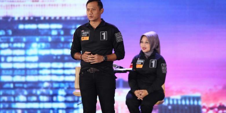 Pasangan cagub-cawagub DKI Jakarta nomor urut 1, Agus Yudhoyono-Sylviana Murni, dalam debat terakhir di Hotel Bidakara, Jakarta, Jumat (10/2/2017). Debat yang terdiri dari enam segmen ini memiliki subtema pemberdayaan perempuan, perlindungan anak, anti-narkotika, dan kebijakan untuk disabilitas.