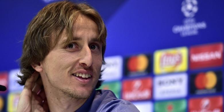 Gelandang Real Madrid, Luka Modric, tersenyum saat memberikan keterangan pers di  Valdebebas Sport City di Madrid pada 14 Februari, atau sehari jelang pertandingan pertama babak 16 besar Liga Champions antara Madrid dan Napoli.
