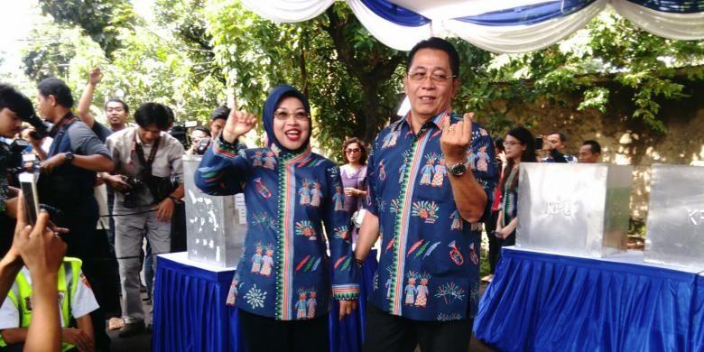 Calon wakil gubernur DKI Sylviana Murni dan suaminya Gde Sardjana sudah menggunakan hak pilihnya di TPS 103 di dekat tempat tinggalnya di Komplek Billymoon, Pondok Kelapa, Duren Sawit, Jakarta Timur. Rabu (15/2/2017)