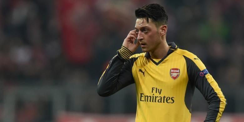 Ekspresi Mesut Oezil setelah Arsenal takluk 1-5 dari Bayern Muenchen pada partai pertama babak 16 besar Liga Champions di Allianz Arena, Rabu (15/2/2017).