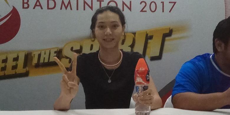 Pemain ganda campuran nasional, Gloria Emanuelle Widjaja, berpose  saat menjalani sesi konferensi pers Djarum Superliga 2017, di DBL Arena, Surabaya, Senin (20/2/2017).