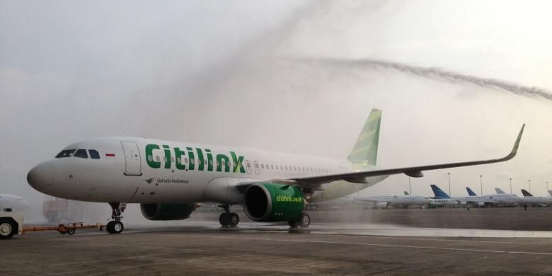 Pesawat Airbus 320 Neo ditarik memasuki Hanggar 4 di Garuda Management Facility, Bandara Soekarno Hatta, Banten, Jumat (24/2/2017). Pesawat Airbus 320 Neo ini adalah pertama kali di Indonesia yang akhirnya dimiliki oleh maskapai penerbangan Citilink.