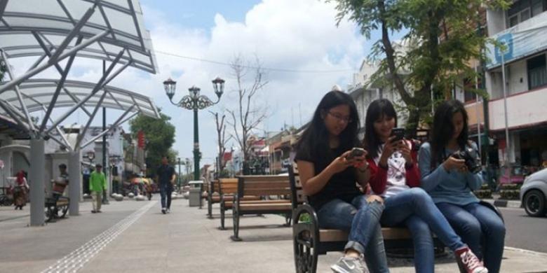 Wisatawan tengah menjajal wifi Jogja Istimewa di Kawasan Malioboro