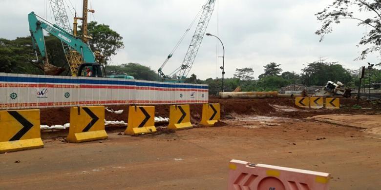 Kondisi pembangunan Jalan Tol Cimanggis-Cibitung di dalam perumahan Kota Wisata pada Selasa (7/3/2017).