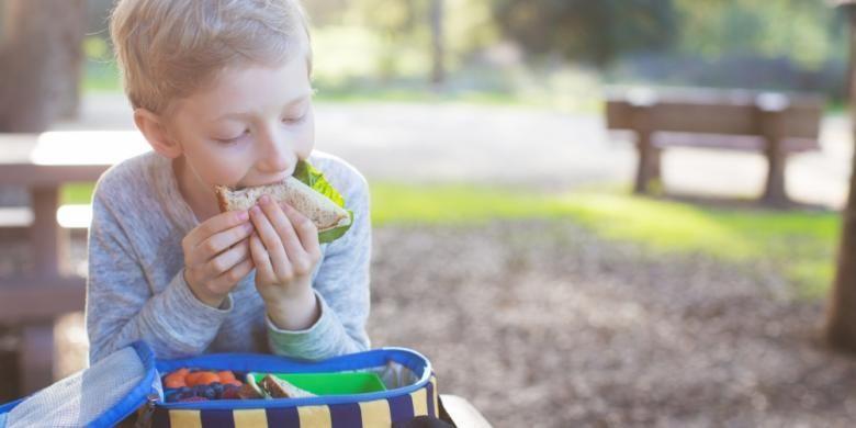 Ilustrasi anak makan bekal di sekolah