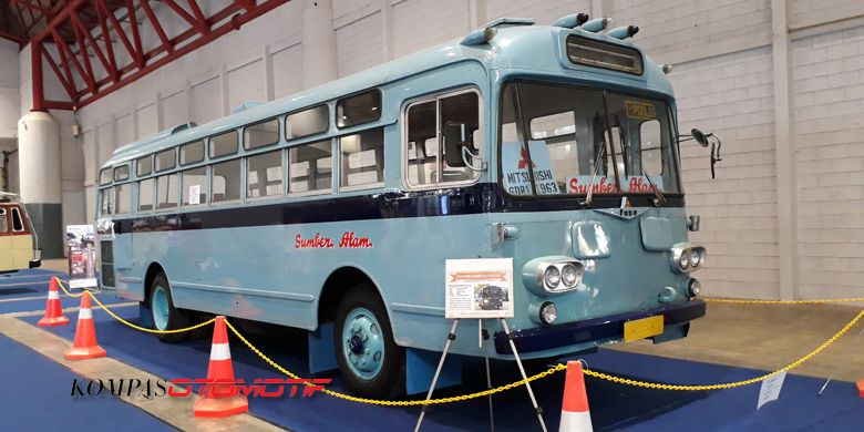 Mitsubishi Fuso R470 warna biru. Kendaraan milik PO Sumber Alam ini dijalankan dari Kutoarjo, Jawa Tengah, menuju JI Expo tanpa kendala. Jenis sasis ini masuk ke Indonesia awal 1960-an. Pemilik pertamanya adalah TNI Angkatan Udara Malang.