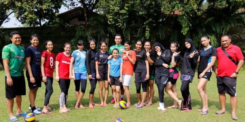 Tim nasional bola voli putri untuk SEA Games 2017 Kuala Lumpur berpose seusai menjalani latihan di Padepokan Voli Sentul, Jawa Barat, Rabu (5/7/2017). Timnas akan bertolak ke Vietnam untuk menjalani try out pada Kamis (6/7/2017).