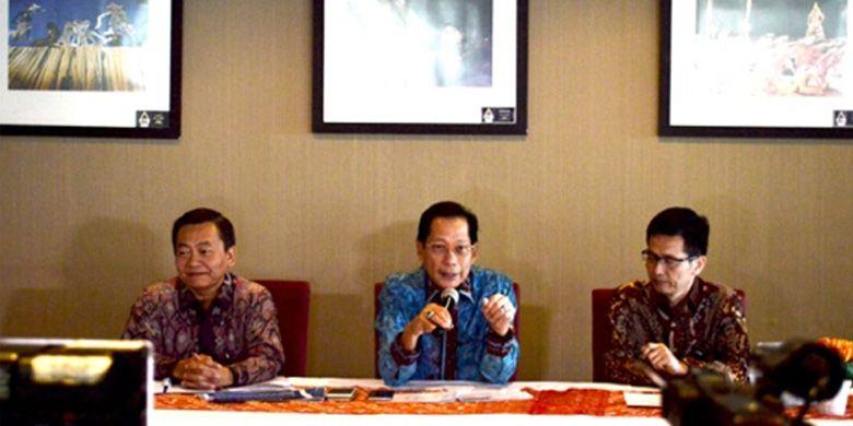 Presiden Direktur PT Bank Central Asia Tbk - Jahja Setiaatmadja (tengah), Direktur BCA – Santoso (kiri) dan Senior EVP -  Hermawan Thendean (kanan) memberikan keterangan pers soal layanan ATM BCA di Menara BCA, Jakarta, Senin (28/8) siang.