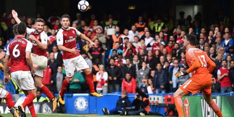 Bek Arsenal, Shkodran Mustafi, mencetak gol ke gawang Chelsea yang kemudian dianulir, saat laga Liga Inggris antara Chelsea dan Arsenal di Stamford Bridge, London, Minggu (17/9/2017).