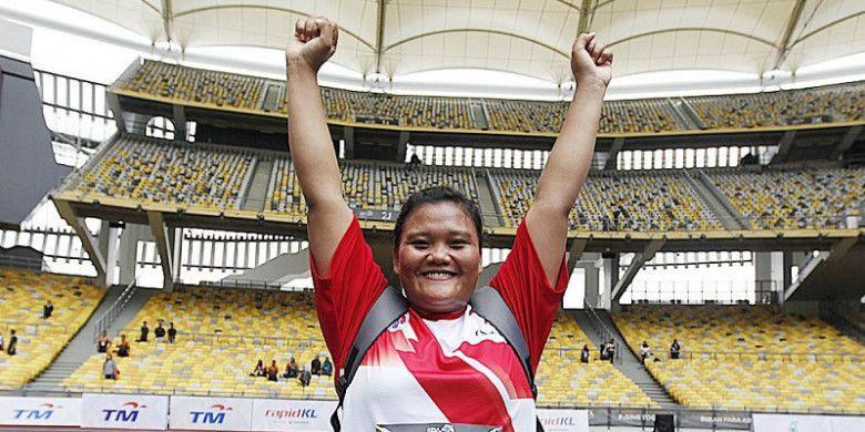 Atlet tolak peluru Indonesia, Suparni Yati, berpose setelah memastikan medali emas dari nomor F20 putri pada ASEAN Para Games 2017 yang berlangsung di Stadion Bukit Jalil, Kuala Lumpur, Rabu (20/9/2017).
