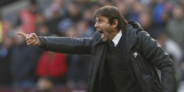 Ekspresi pelatih Chelsea, Antonio Conte, dalam laga kontra West Ham United di London Stadium, Sabtu (9/12/2017).