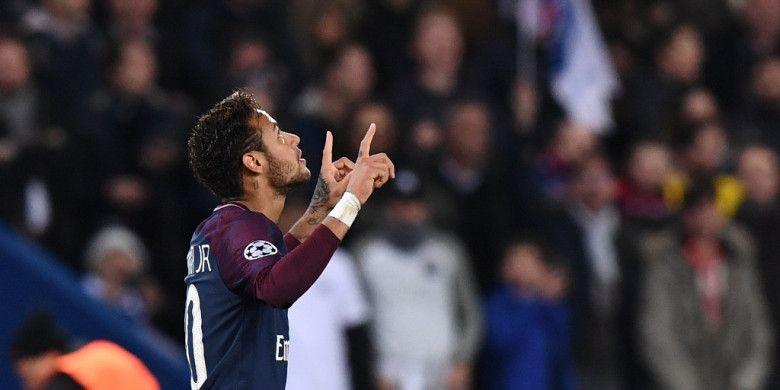 Striker Paris Saint-Germain, Neymar, merayakan gol yang dia cetak ke gawang Anderlecht dalam laga Grup B Liga Champions di Stadion Parc des Princes, Paris, Prancis, pada 31 Oktober 2017.