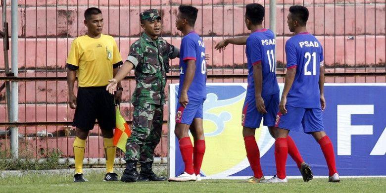 Para pemain PSAD Balikpapan dihalangi tentara saat melakukan protes keras ke asisten wasit saat mereka melakoni laga kontra Aceh United untuk perebutan posisi tiga Liga 3 musim 2017 di Stadion Gelora Bumi Kartini, Jepara, Minggu (17/12/2017).