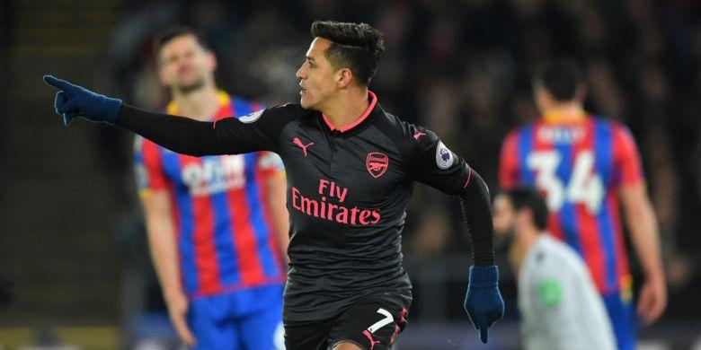 Pemain Arsenal, Alexis Sanchez, merayakan gol yang dia cetak ke gawang Crystal Palace dalam laga Liga Inggris di Stadion Selhurst Park, London, pada 28 Desember 2017.