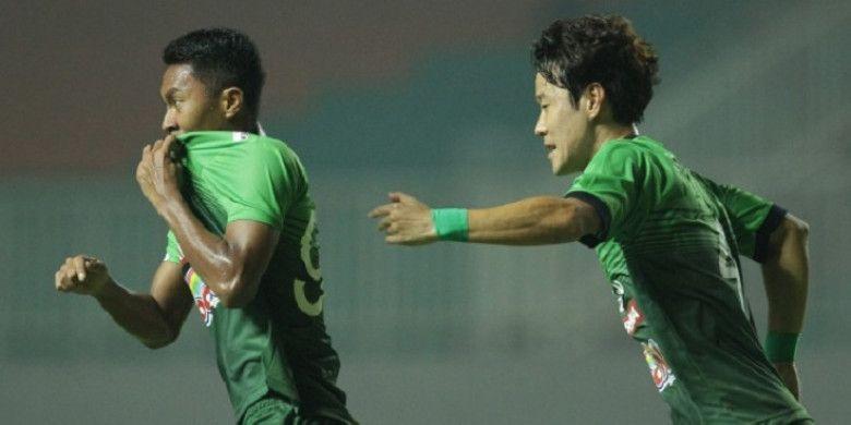 Pemain PS TNI, Gustur Cahyo Putro (kiri) merayakan gol ke gawang Borneo FC dalam laga lanjutan Go-Jek Traveloka Liga 1 di Stadion Pakansari, Bogor, Senin (17/4/2017) laga tersebut berakhir imbang dengan skor 2-2.