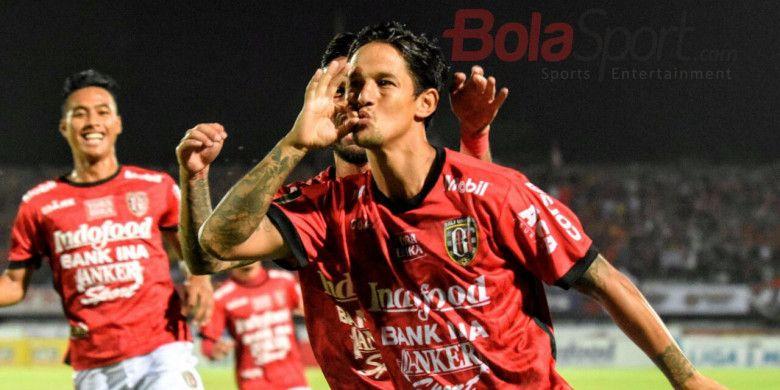Selebrasi penyerang Bali United, Irfan Bachdim, seusai membobol gawang Arema FC pada pertandingan Liga 1 di Stadion Kapten I Wayan Dipta, Minggu (8/10/2017).