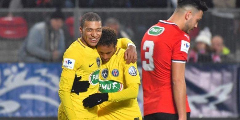 Penyerang Paris Saint-Germain, Neymar, bersama rekannya, Kylian Mbappe, merayakan golnya ke gawang Rennes dalam ajang Coupe de France, di Stadion Roazhon Park pada Senin (8/1/2017) dini hari WIB.