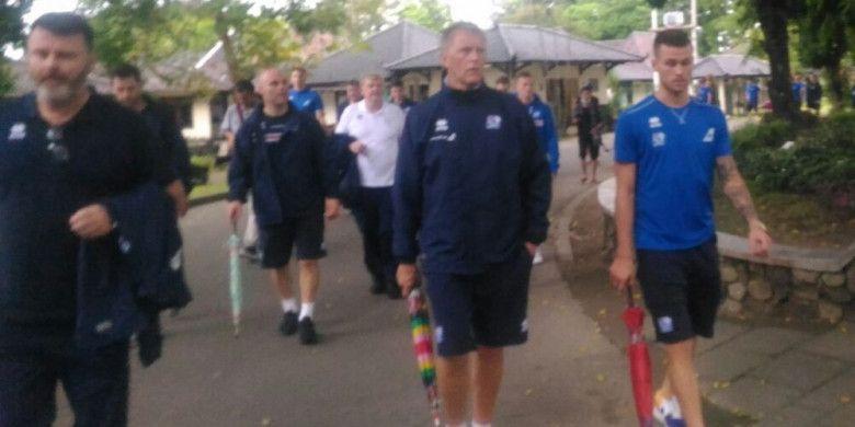 Pelatih Timnas Islandia, Heimir Hallgrimsson (dua dari kanan) berjalan membawa payung di kawasan wisata Candi Prambanan, Senin (8/1/2018).