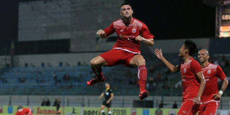 Marko Simic merayakan golnya ke gawang Kedah FA, pada pertandingan kedua Persija Jakarta pada ajang Suramadu Super Cup 2018, di Stadion Gelora Bangkalan, Madura, Selasa (9/1/2018).