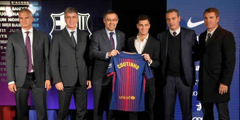 Gelandang asal Brasil, Philippe Coutinho, berpose dengan kostum FC Barcelona dalam acara presentasi resmi pengenalan dirinya sebagai pemain baru klub di Stadion Camp Nou, Barcelona, Spanyol, 8 Januari 2018.