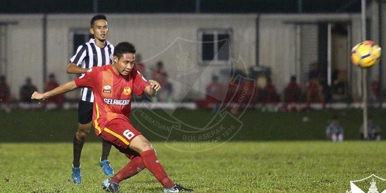 Gelandang Selangor FA, Evan Dimas beraksi dalam uji coba kontra TFC II di Padang Sime Darby, Bukit Jelutong, Rabu (10/1/2018) malam.