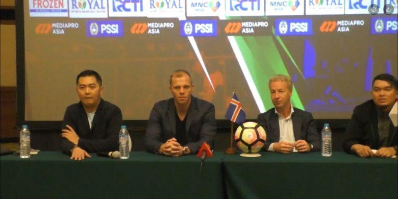 Legenda timnas Islandia, Eidur Gudjohnsen (dua dari kiri), dalam konferensi pers bersama PSSI dan Mediapro, di Yogyakarta, Rabu (10/1/2018), sore.