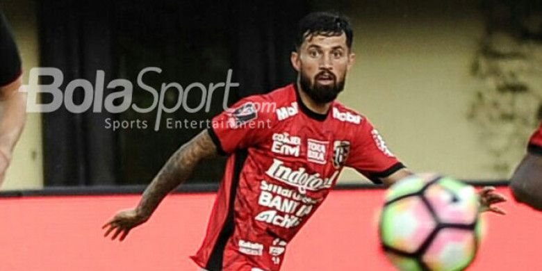 Aksi penyerang Bali United, Stefano Lilipaly saat Bali United mengalahkan Borneo FC di Grup D Piala Presiden